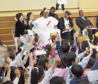 ベナン共和国に関するクイズを楽しむコトヌー市長と新石川小の生徒たち