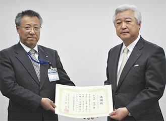 感謝状を受け取る土志田会長(右)