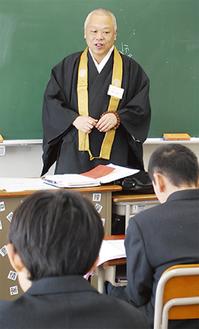 「自分の行いで何にでもなれる」と話す西法寺の西村信也住職