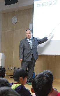 市会議員の仕事について説明する横山市議