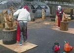 山北町の山で採れた間伐材を使って作業する