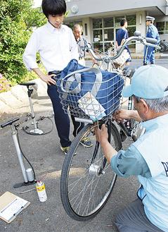 生徒の通学用自転車を点検する参加者