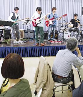 会長が結成したバンドの演奏も