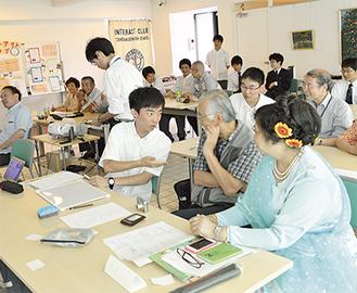 参加者同士が相談しながら、ミャンマーのクイズに参加した