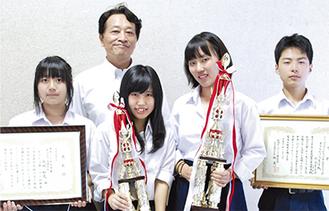 全国に出場する放送委員会の岩渕さん(中央左)と笹倉さん(同右)。他メンバーら