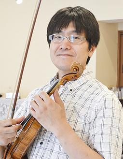 バイオリンを手にする鈴木さん