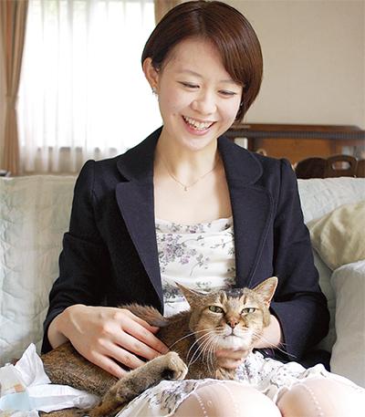 草間さんと、障害を持ちおむつをつけた猫「ハナ」