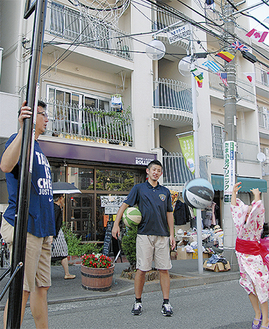 たまプラーザ夏祭りでは、前田陽介選手(中央)らがシュートゲームに登場した=7月26日