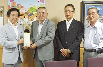 寄付金を手渡す若林会長(左から2人目)