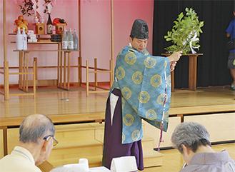 神事を執り行う豊浦宮司(中央)