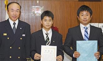 (右から)顧問の渡辺亮二さん、戸沢君、齋藤署長