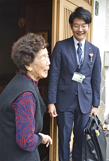 個人宅を訪問するJA田奈の職員