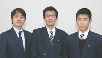 出場する真坂君(右)と岡野君(中央)。顧問の橋本教諭