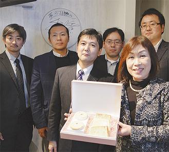 櫻井さん(前列右)ら実行委員会メンバー