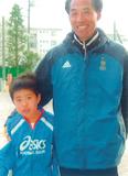 お別れのあいさつに来た中村選手(当時小3)と高塚さん=高塚さん提供