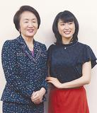 記念撮影で笑顔を見せる土屋さん(右)と林市長