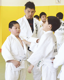 小学生を指導する小見川さん