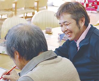利用者に話かける倉本さん