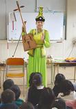 馬頭琴を紹介するアリウンザヤさん