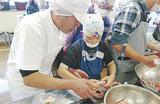 形成を手伝う中山さん(左)