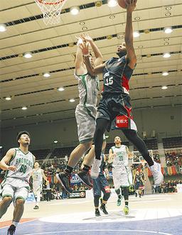 2月28日、福島戦で25得点を挙げたナイルズ選手(右)=写真は7日、横浜文化体育館