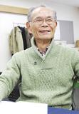 ノートを手にする木幡さん(71)