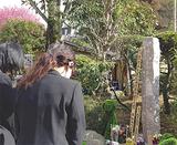 慰霊碑の前に集まった