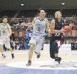 今回の2戦で計26得点11アシストと活躍した、主将の山田謙治選手(右)=写真は2月7日