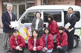 寄贈された車両と嶋崎所長(後列左)ら