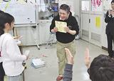児童から感謝状を受け取る木村さん