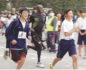 ワイナイナさんとの勝負に渾身の走りを見せる生徒