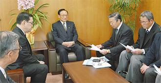要望書を読み上げる小川代表(右から2人目)