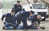 犯人役を取り押さえる青葉署員