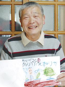 子どもたちから届く手紙を手に笑顔をみせる金子さん(65)