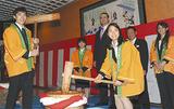 祝賀もちつきに参加した(左から)白井さん、村上さん、鳴戸親方、高梨さんら学生と、体育学部長・具志堅幸司さん、助教・田中理恵さん
