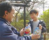 景品のお菓子に笑顔の参加者