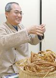 シナの樹皮から糸をつくる山村さん