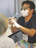 口腔内の健康を確認する歯科医師