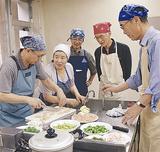 料理教室で指導を受ける参加者