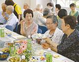 食事を通し、交流を広げる参加者