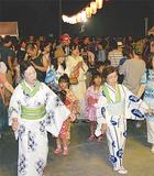 盆踊りを楽しむ参加者ら