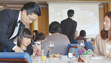 講師は同ホテル25年のキャリアを持つ櫻田純さん(左)