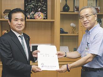 要望書を渡す河原支部長(左)