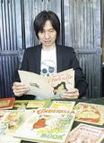 貴重なコレクションを眺める川田さん