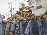 町内を練り歩く宮元の神輿(宵宮)=10日
