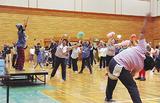 音楽に合わせ、一斉に踊る参加者たち