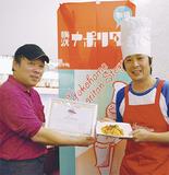 田中会長(右)から認定証を受けとる中井店長