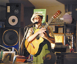 ギターを手に語る樽木さん