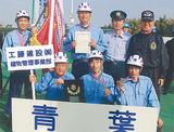 優勝メダルを手にするメンバー