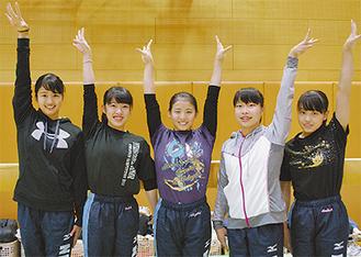 毎週金曜、同高校の部活動で練習する(左から)井関さん、鮫島さん、杉田さん、金子さん、青木さん=11月13日
